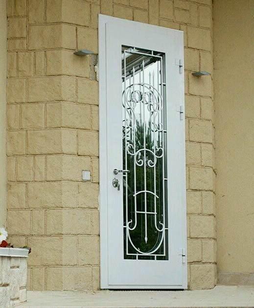 Входная дверь в частный дом р решёткой и стеклом