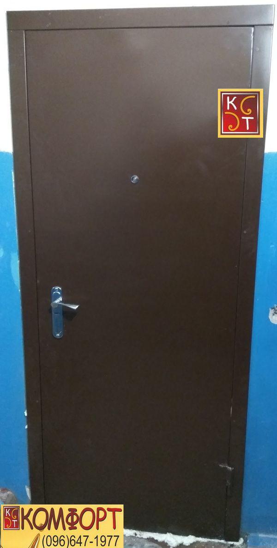 Входная металлическая дверь старого образца